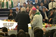 Momento en que Kiko entrega las reliquias de tres santos jesuitas a D. Rafael