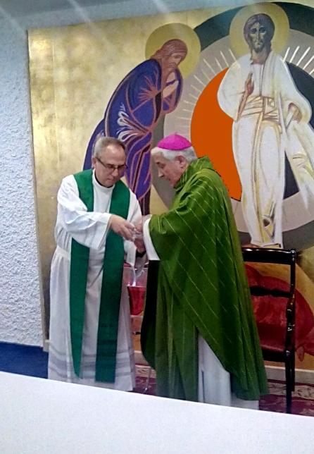 D. Rafael entregando al rector, el P. Luis González, las reliquias recibidas en Porto S. Giorgio (23/10/2016)