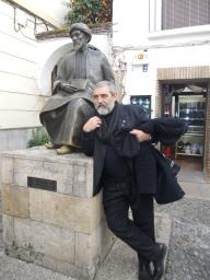 P. Alfio con la imagen del teólogo judío Maimónides